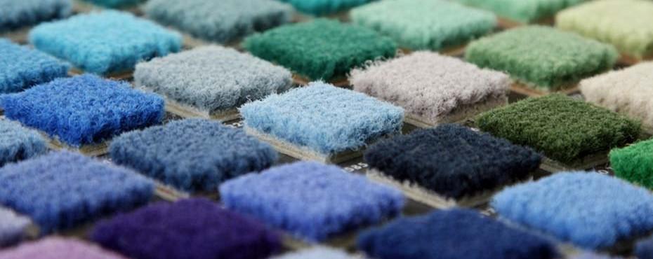 Echantillonnage de moquette bleu et verte. Colorimétrie respectée.